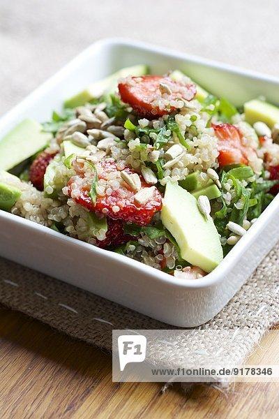 Schale Quinoa-Erdbeersalat mit Spinat und Avocado