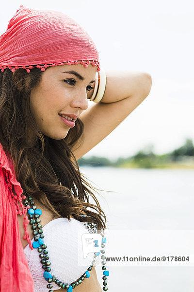 Porträt einer jungen Frau  die sich am Strand entspannt.