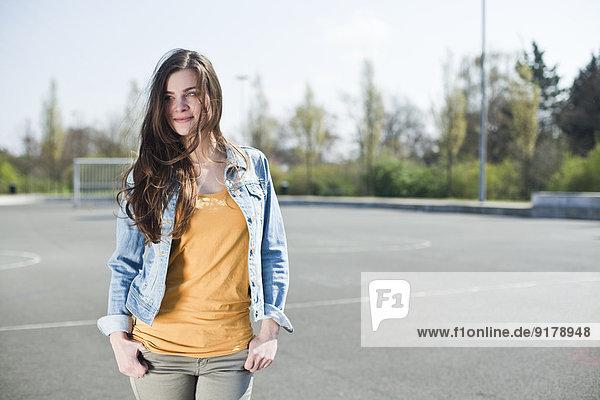 Brünette junge Frau im Freien
