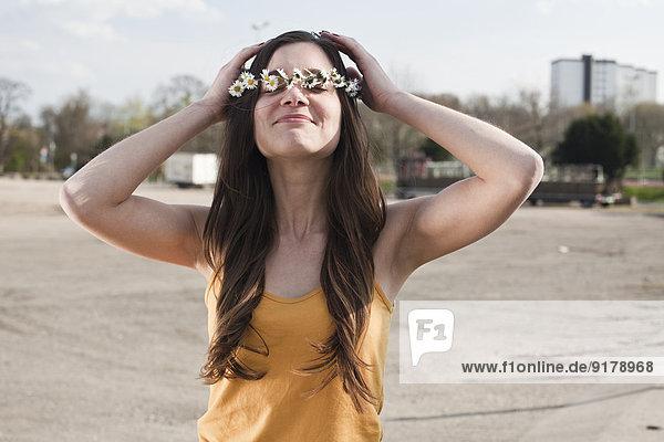 Junge Frau mit Blumenkranz im Haar