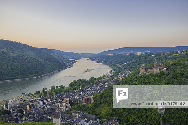 Deutschland  Rheinland-Pfalz  Bacharach  Burg Stahleck  Oberes Mittelrheintal am Abend