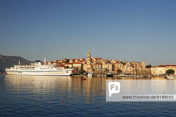 Kroatien  Dubrovnik-Neretva  Insel Korcula  Korcula  Stadtbild und Hafen am Abend