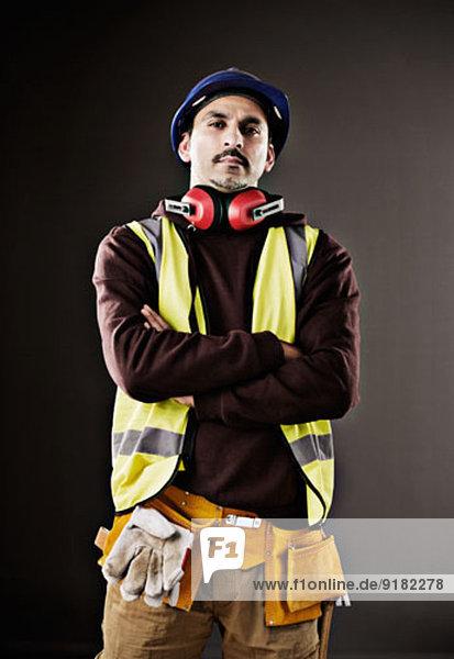 Porträt eines ernsthaften Arbeiters in reflektierender Kleidung