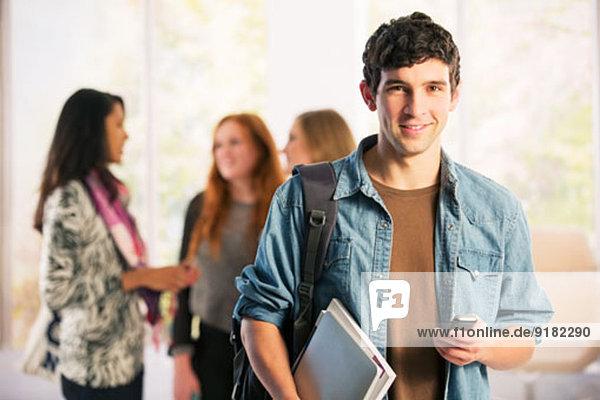 Portrait von Studenten SMS mit Handy