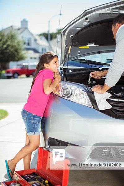 Tochter beobachtet Vater reparieren Auto-Motor