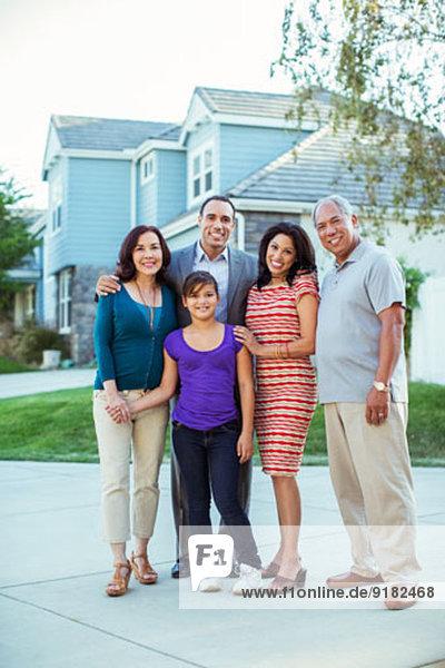 Portrait der Mehrgenerationen-Familie in der Einfahrt