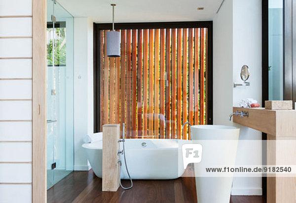 Modernes Bad mit Einweichwanne