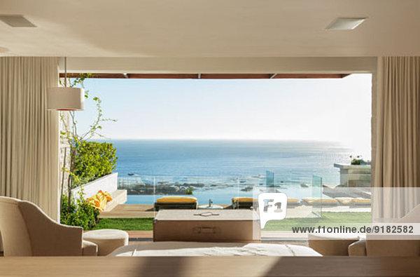 Sonniges Schlafzimmer und Terrasse mit Meerblick