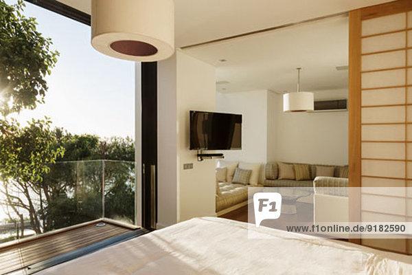Sonniges Schlafzimmer mit Balkon