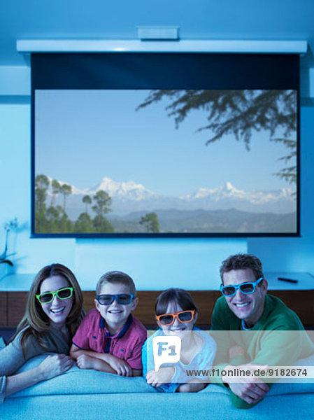 Familie beim 3D-Fernsehen im Wohnzimmer