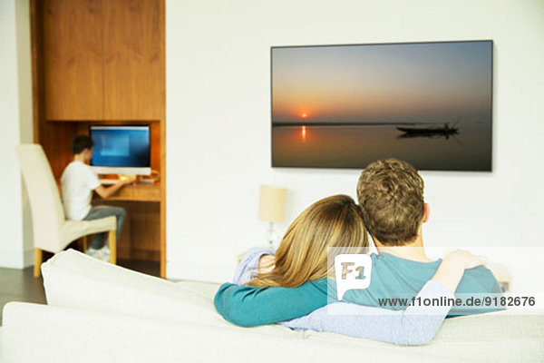 Paar beim Fernsehen im Wohnzimmer