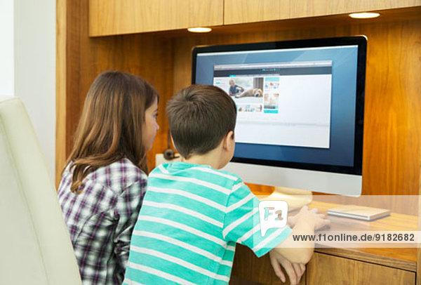Kinder  die den Computer gemeinsam benutzen