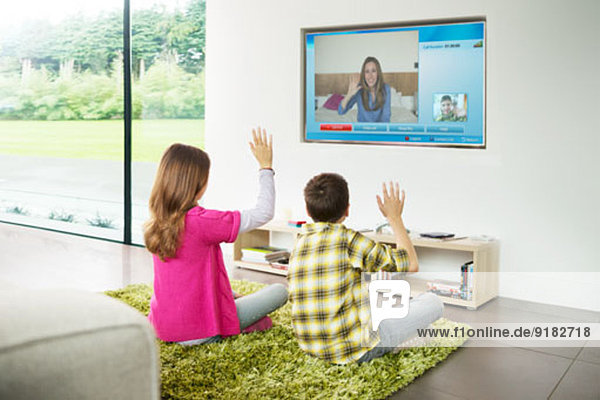 Kinder-Videochat im Wohnzimmer im Fernsehen