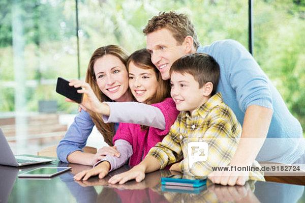 Familie macht gemeinsam Handyfotos