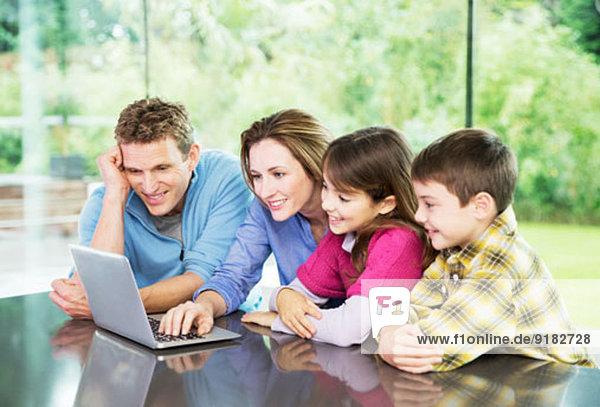 Familie mit Laptop zusammen