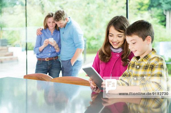 Familie mit Technik in der Küche