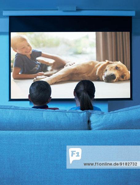 Kinder beim Fernsehen im Wohnzimmer