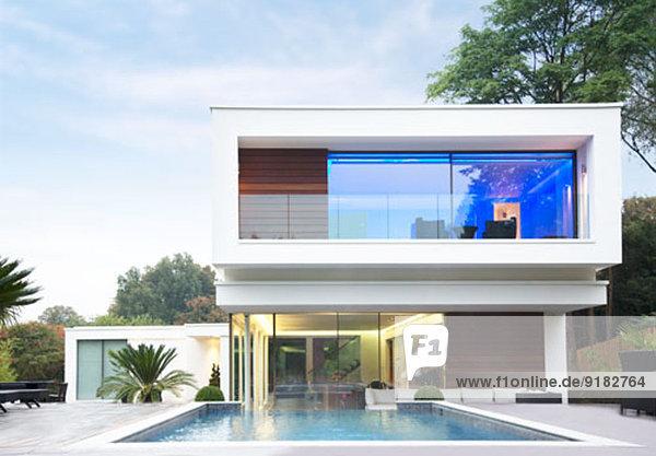 Leuchtender Raum des modernen Hauses