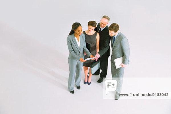Geschäftsleute  die den Papierkram überprüfen