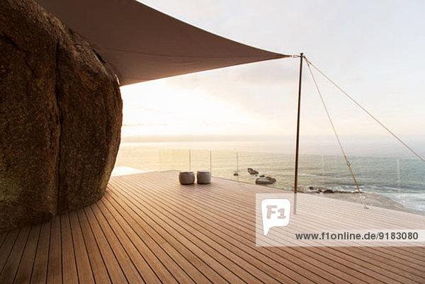 Moderner Balkon mit Blick aufs Meer