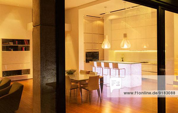 Küche und Essbereich im modernen Haus