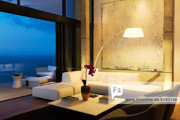 Lampe und Sofa im modernen Wohnzimmer
