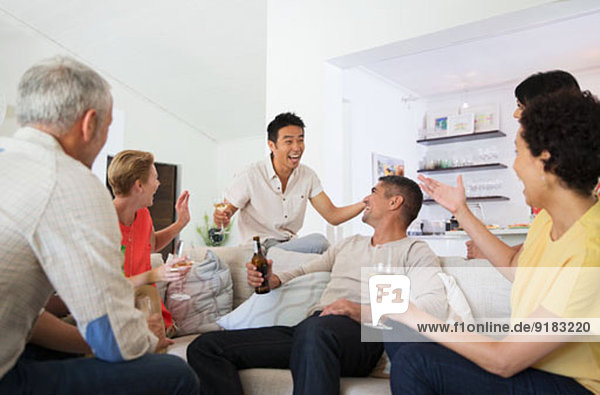 Freunde jubeln auf der Party