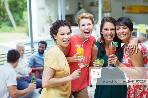 Frauen lachen auf der Party