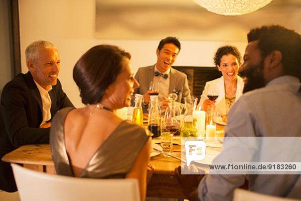 Freunde im Gespräch auf der Dinnerparty