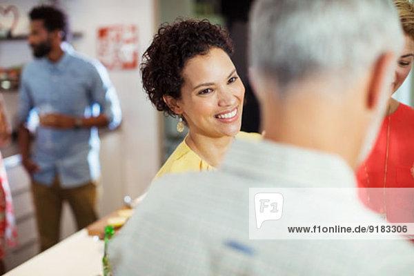 Frau lächelt auf der Party