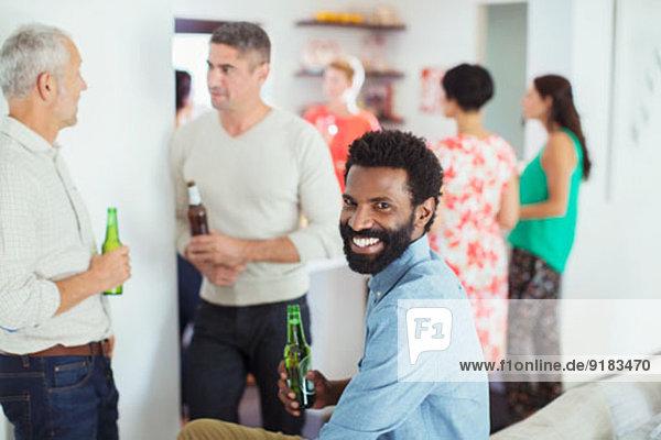 Mann lächelt auf der Party