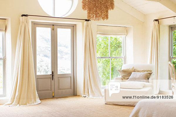 Haustür und Sessel im rustikalen Haus