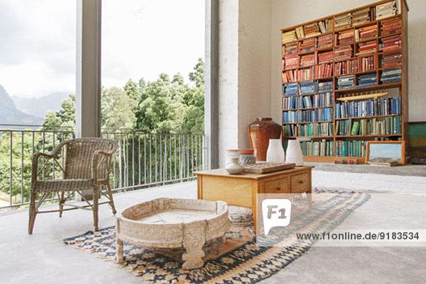 Bücherregal und Couchtisch im modernen Haus