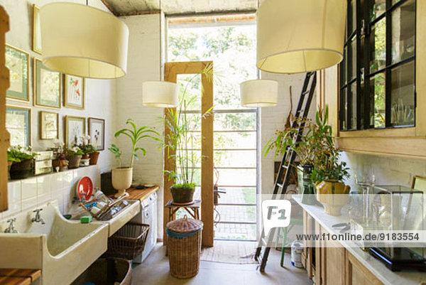 Glastür in rustikaler Küche