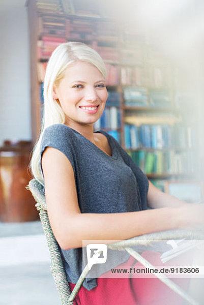 Frau lächelt im Sessel