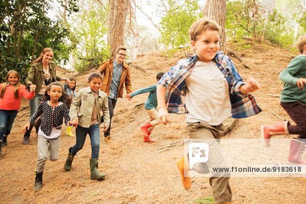 Kinder laufen im Wald