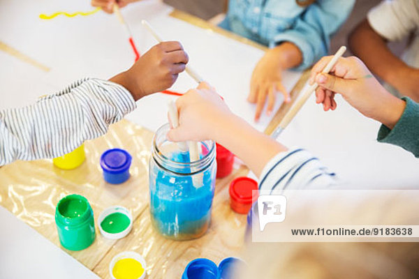 Schüler malen im Unterricht Schüler malen im Unterricht