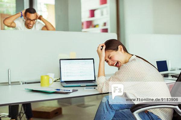 Frau bei der Arbeit am Laptop im Büro