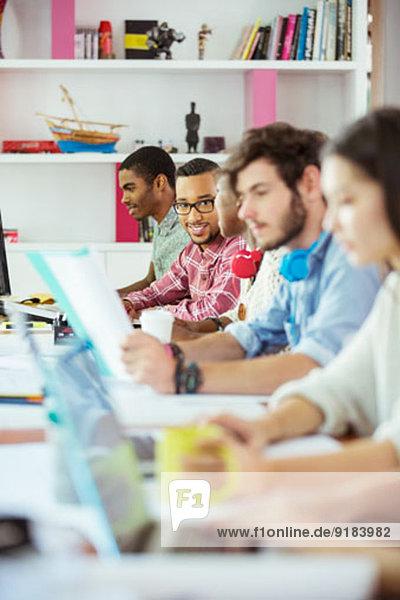 Mitarbeiter am Konferenztisch im Büro