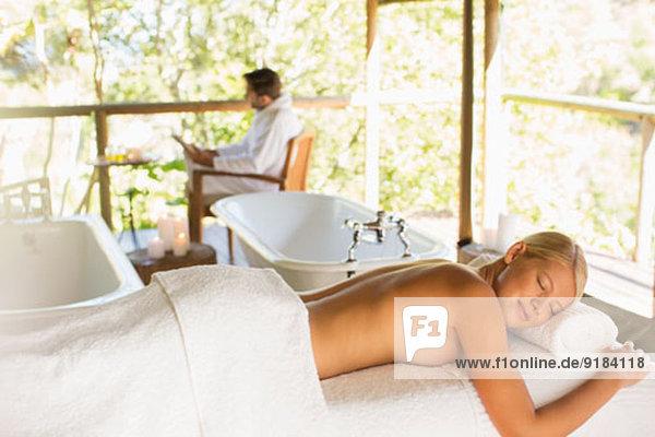 Frau auf dem Massagetisch im Spa liegend