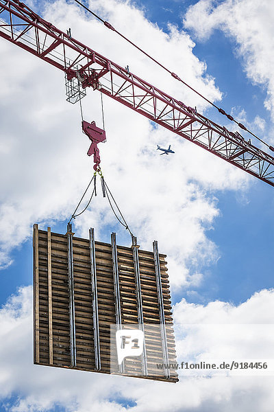 Kranich bauen Wand heben Beton Turmkran
