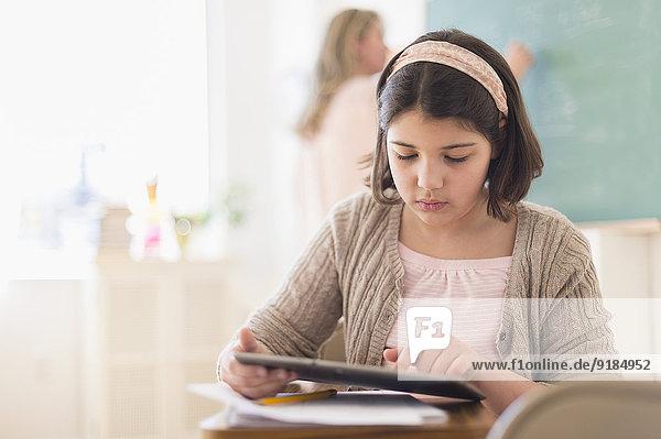 benutzen Hispanier Klassenzimmer Tablet PC Mädchen