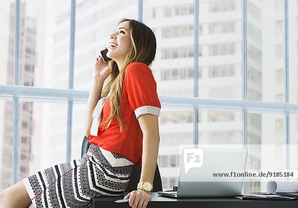 Handy Geschäftsfrau Schreibtisch sprechen mischen Mixed