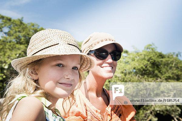 Außenaufnahme Europäer lächeln Tochter Mutter - Mensch freie Natur