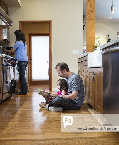 Menschlicher Vater Küche Tochter vorlesen