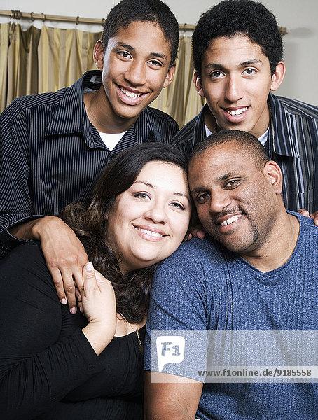 lächeln Zimmer Menschliche Eltern Wohnzimmer
