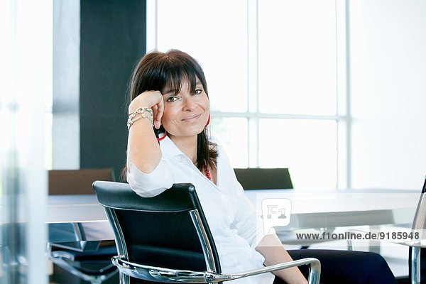 Geschäftsfrau im Besprechungsraum