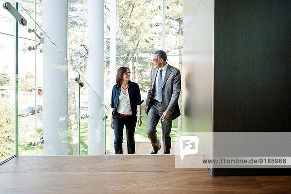 Geschäftsmann und Frau beim Treppensteigen