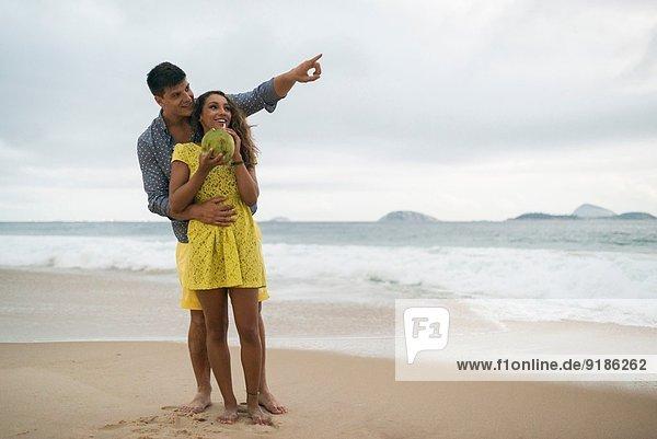 Romantisches junges Paar am Strand von Ipanema  Rio de Janeiro  Brasilien
