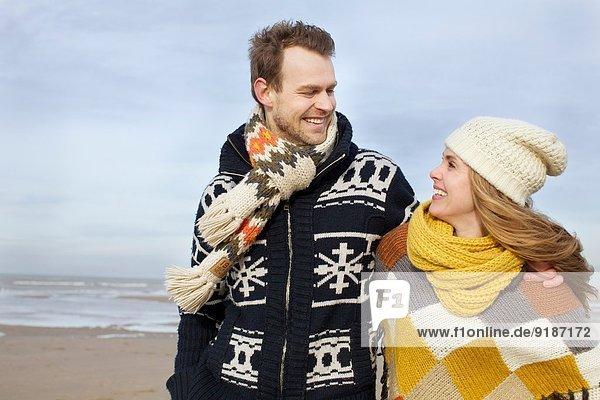 Porträt eines erwachsenen Paares  das am Strand spazieren geht  Bloemendaal aan Zee  Niederlande